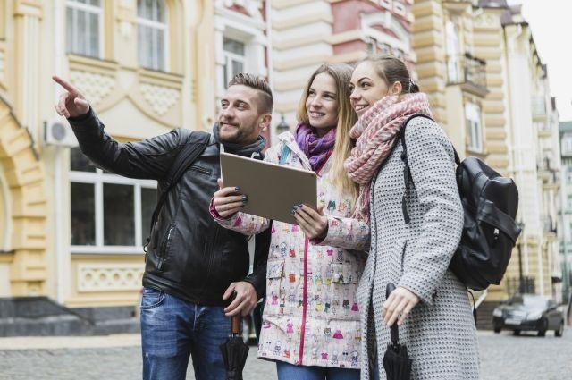 Большинство туристов, приехавших в Петербург, интересуются его реальной историей - но только занимательно рассказанной.
