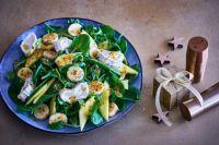 Салат с бананами, козьим сыром и горчичной заправкой: рецепт блюда