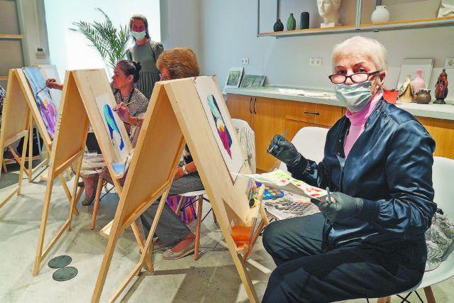Уроки живописи привлекают многих москвичей старшего возраста, даже тех, кто последний раз рисовал в школе.