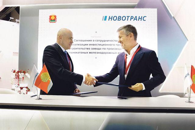 Губернатор Игорь Артамонов и глава «Новотранс» Константин Гончаров подписывают соглашение на ПМЭФ-21.