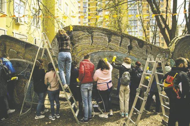 Реставрируя «Рыбку», волонтёры часами возятся с каждым маленьким кусочком смальты.