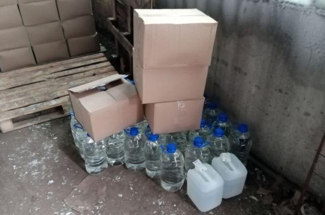 42 бутылки, а также 550 канистр объемом 5 литров каждая хранил в гараже.