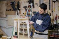 Впроизводстве мебели много ручного труда.