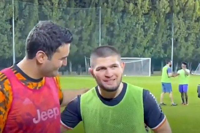 Хабиб Нурмагомедов на футбольном поле.