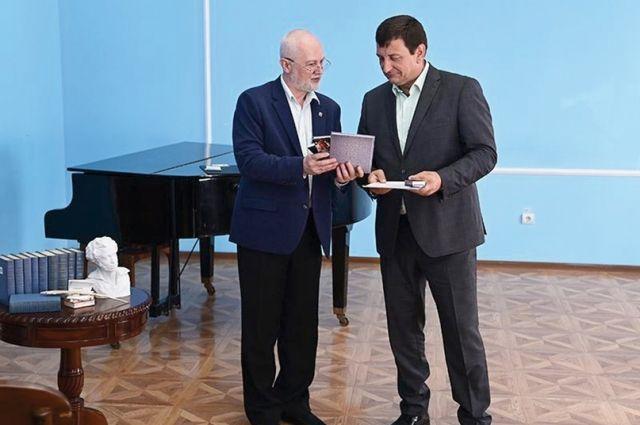Награду спикеру вручил прозаик Виктор Мосенков.