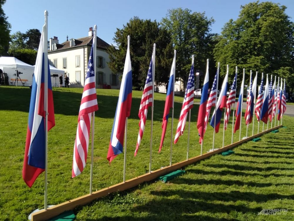 Флаги РФ и США на территории виллы Ла Гранж