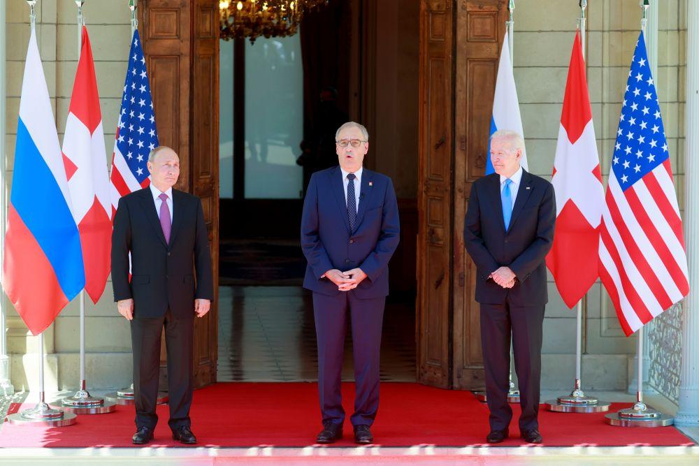 Президент РФ Владимир Путин, президент Швейцарской Конфедерации Ги Пармелен и президент США Джо Байден (слева направо)