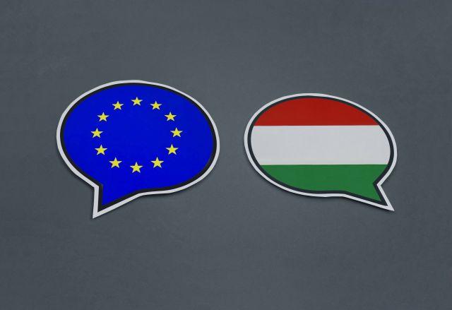Флаги Венгрии и Евросоюза.