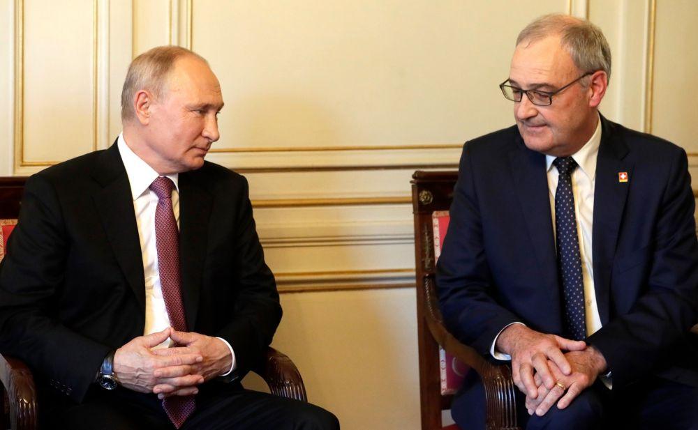 Президент РФ Владимир Путин и президент Швейцарской Конфедерации Ги Пармелен (слева направо)