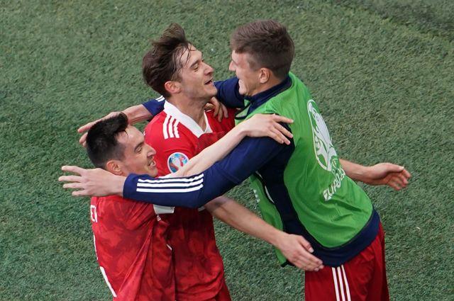 Игроки сборной России Вячеслав Караваев, Алексей Миранчук и Александр Соболев (слева направо) радуются забитому мячу.