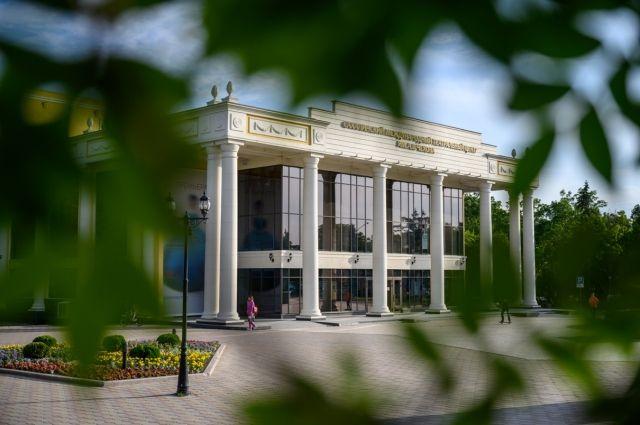 Чехов-центр решил широко отпраздновать закрытие 90-го театрального сезона и разделить его с сахалинцами.