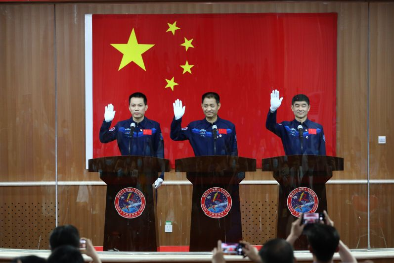 Китайские астронавты Не Хайшэн, Лю Бомин и Тан Хунбо на пресс-конференции перед стартом пилотируемого корабля «Шэньчжоу-12» к орбитальной станции КНР на космодроме Цзюцюань
