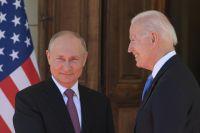 Президент РФ Владимир Путин и президент США Джо Байден (справа) во время встречи в Женеве на вилле Ла Гранж.
