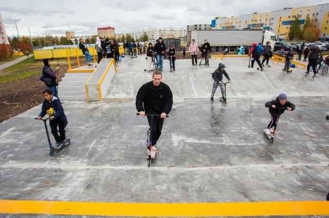 Для любителей покататься на скейтах оборудована площадка в парке