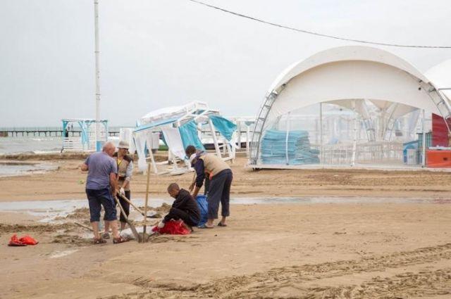 На анапском пляже снесло шезлонги и пляжные беседки.