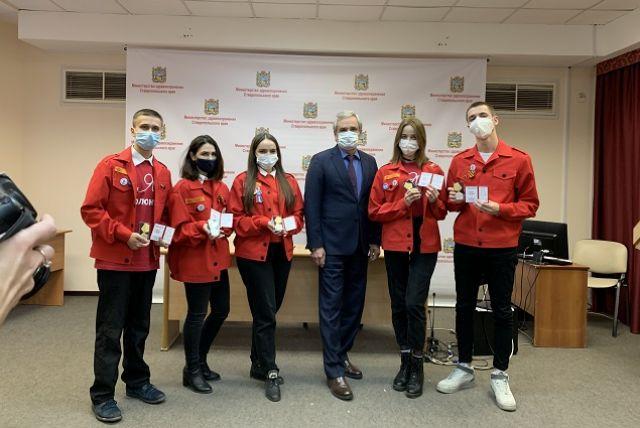 Студентов-медиков наградили за вклад в борьбу с коронавирусом.