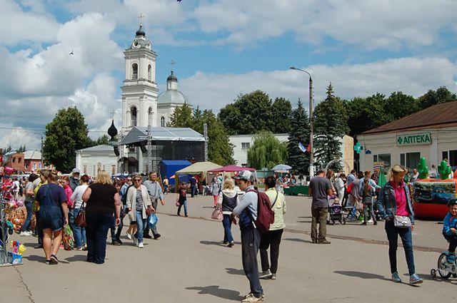 В старинном русском городе Тарусе туристов ждут программы на любой вкус: от прогулок по Оке до мастер-классов ремесленников и поэтических встреч.