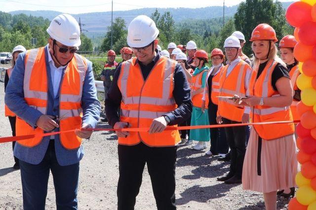 Право перерезать красную ленту предоставили генеральному директору РУК Андрею Давыдову и директору шахты Распадская Александру Елохину.