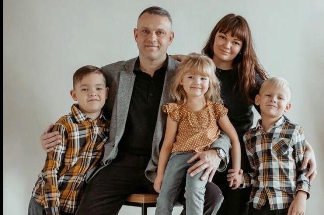 Александр с женой и детьми.