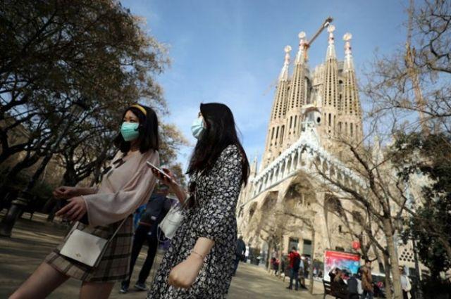 В Испании отменят требование носить маски на улице.