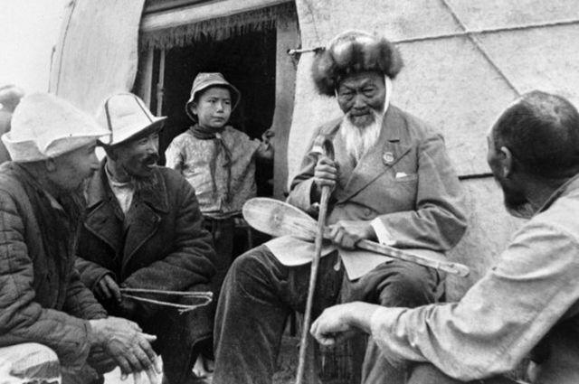 Жабаев у юрты. Фото с сайта Электронной библиотеки г. Кокшетау.
