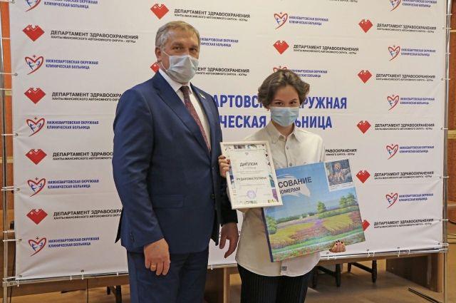 Победители конкурса удостоены дипломов и наборов для рисования, а всем участникам вручили сладкие подарки