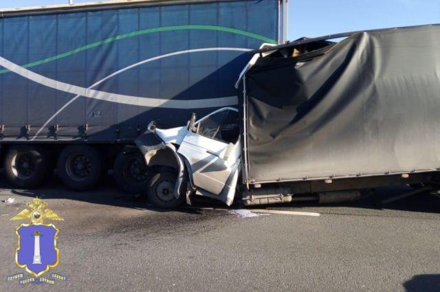 В ДТП с двумя грузовыми автомобилями на Президентском мосту погиб человек