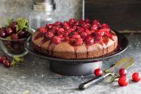 Шоколадный пирог с черешней: рецепт ягодного десерта