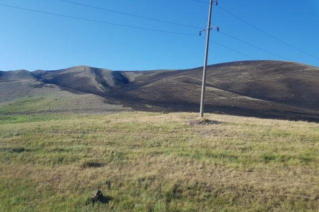 Возгорание сухой травы произошло в пяти километрах от села Васильевка Кувандыкского городского округа.