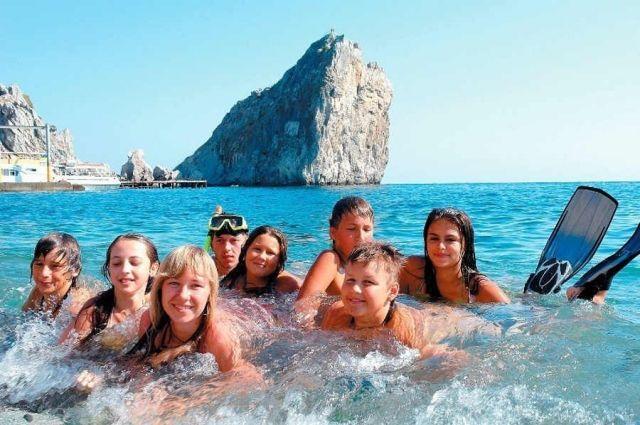 Только самые успешные и прилежные островные школьники попадают в Крым.