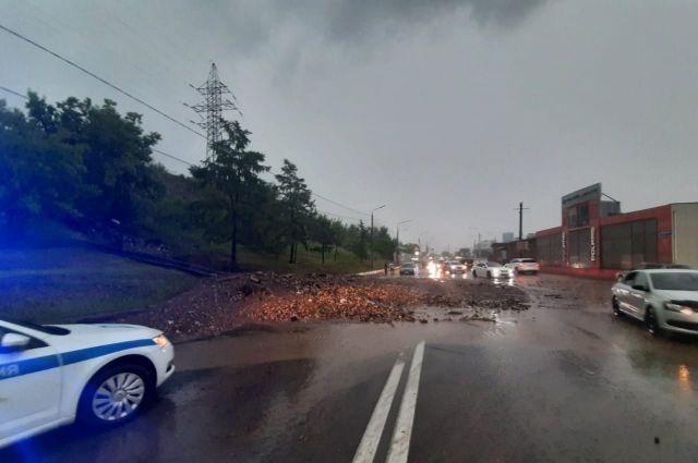 Водителей просят объезжать по другим дорогам