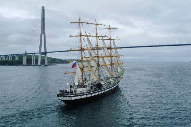 Учебное парусное судно Росрыболовства 20 июня отправилось из Владивостока.