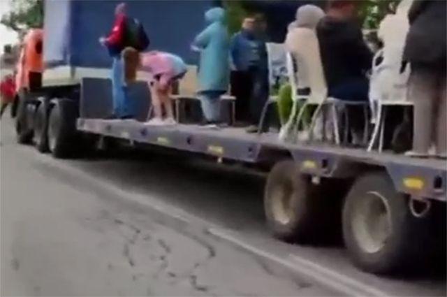 Свадьба на платформе грузовика прошла под Новосибирском