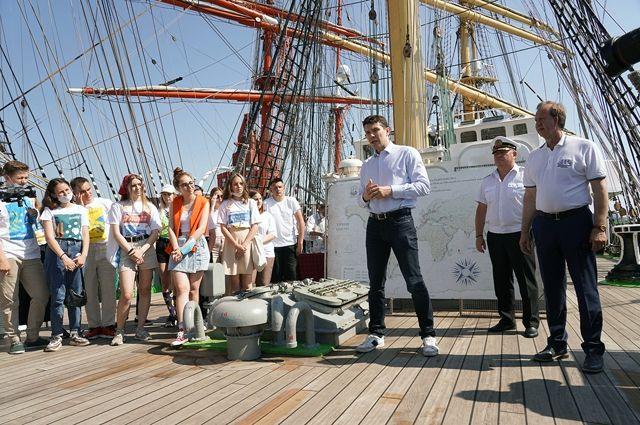 Школьники побывали на барке «Крузенштерн» с экскурсоводом-губернатором