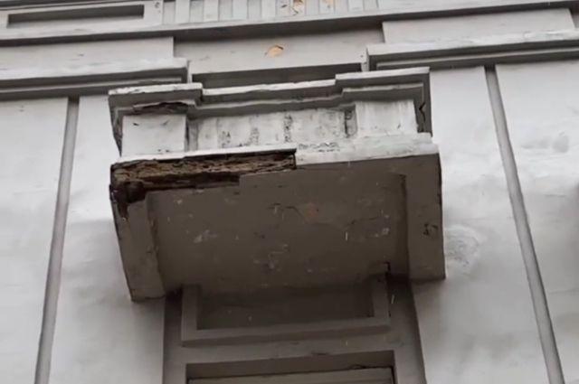 Ремонт фасадов на Мира не выдержал испытания дождём.