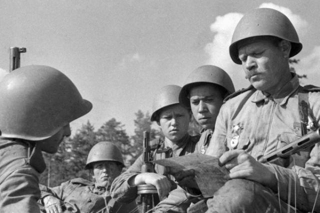Солдаты на войне читают письма из дома