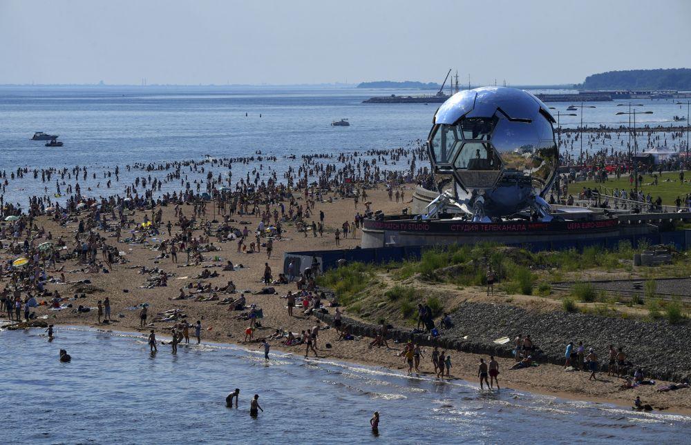 Люди на пляже в парке 300-летия Санкт-Петербурга