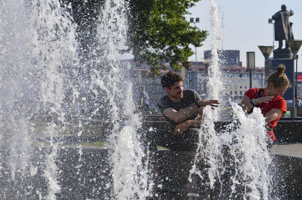Люди в жаркую погоду рядом с Финляндским вокзалом