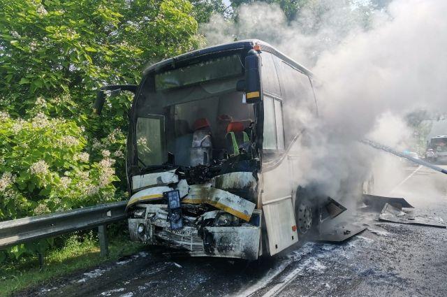 Автобус, загоревшийся после ДТП.
