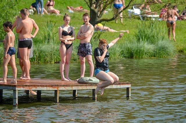 Не прошедшие проверку Роспотребнадзора водоёмы, несмотря на предупреждения, собирают много людей.