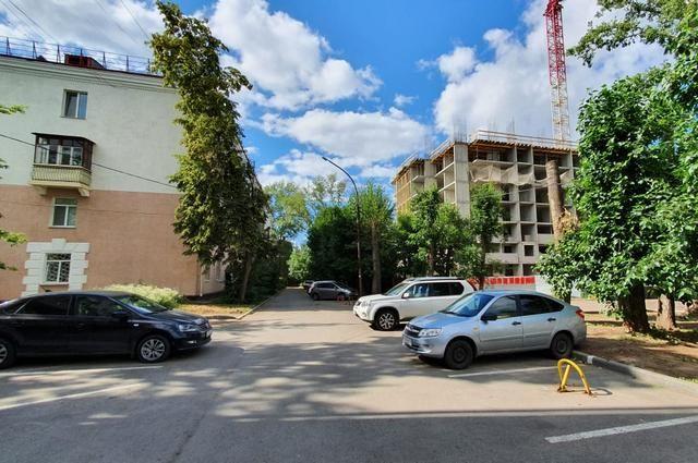 Слева — до №5 по ул. Конституции, справа — строящийся дом ЖК «Квартал мира»