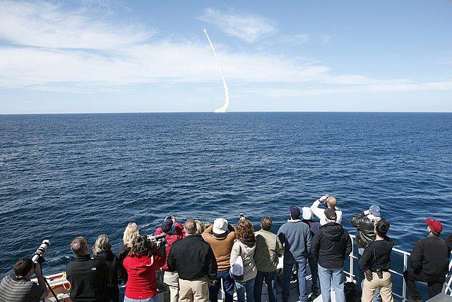 Зрители наблюдают за пуском невооруженной ракеты Trident II D5 с подводной лодки с баллистическими ракетами класса «Огайо» USS Nevada (SSBN 733) у берегов Южной Калифорнии, США.