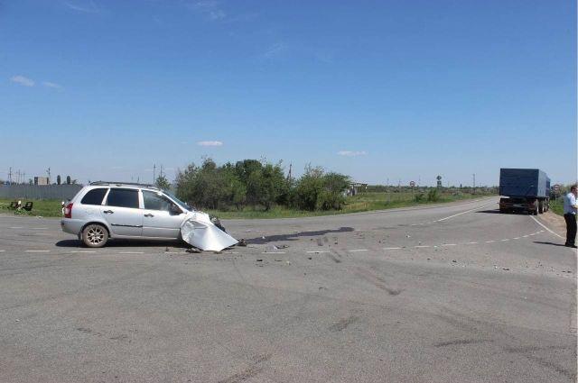 Под Саратовом легковушка врезалась в КамАЗ