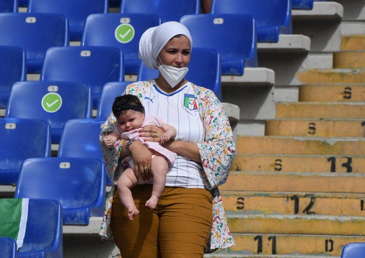 Болельщица во время матча Италия-Уэльс