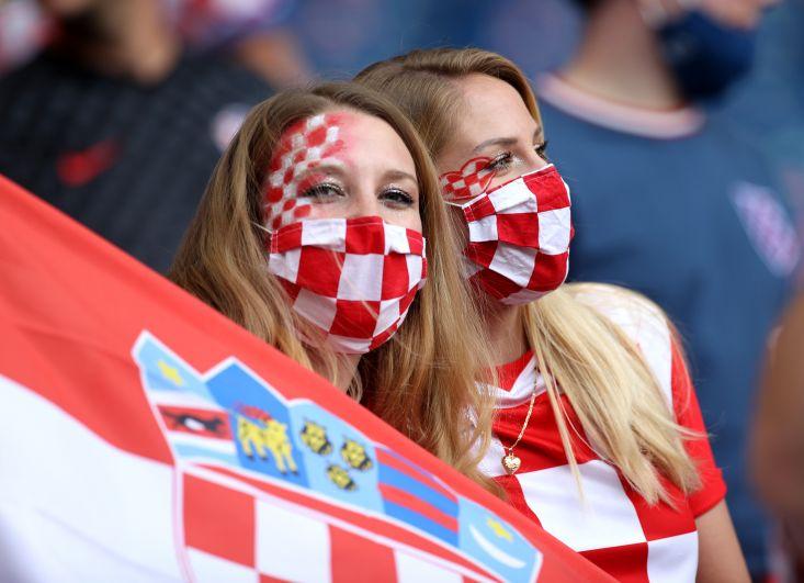 Болельщицы во время матча Хорватия-Чехия