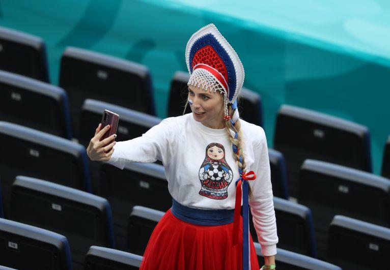 Болельщица сборной России во время матча Финляндия-Россия