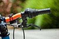Велосипедист пересекал перекрёсток на запрещающий сигнал светофора.