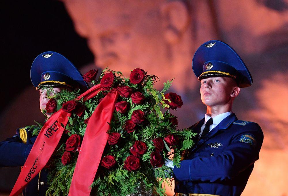 Военнослужащие роты почетного караула возлагают цветы во время мероприятий, посвященных 80-летию началу Великой Отечественной Войны