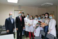 Сотрудникам ковидного госпиталя парламентарии передали 50 килограмм фруктов
