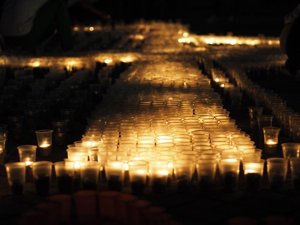 Свечи создали изображение стелы «Освободителям Ростова»